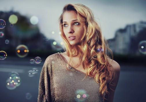femme-blonde-bulle-rue-magique