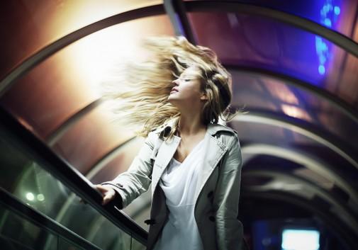 femme-blonde-escalator-lumiere