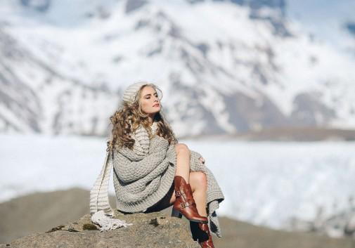 femme-blonde-montagne-nature-reposant
