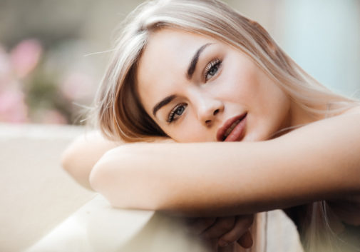 femme-blonde-portrait-regard-doux