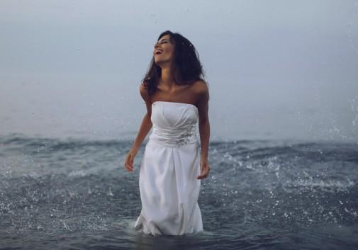 femme-bonheur-folie-eau-mariage-mariée-brune