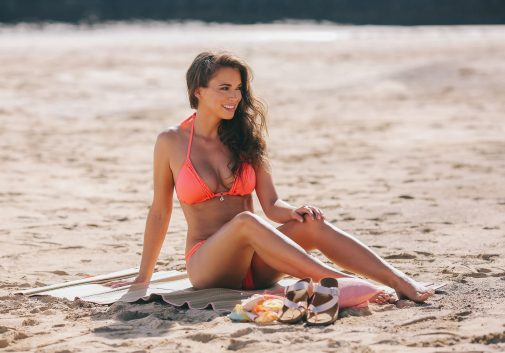 femme-brune-bikini-plage-soleil