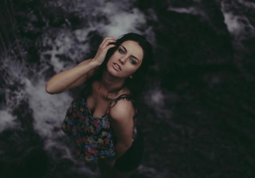 femme-brune-eau-cascade-sexy