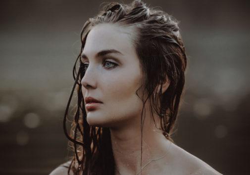 femme-brune-eau-lac-portrait