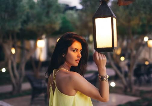 femme-brune-hotel-portrait-lanterne