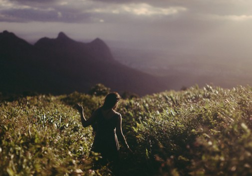 femme-brune-ile-maurice-montagne