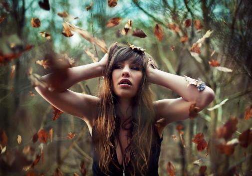 femme-brune-magie-foret-feuille