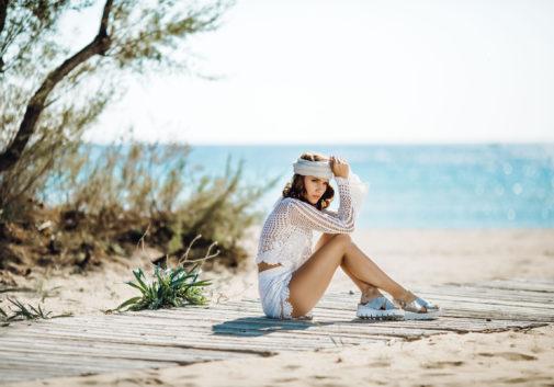 femme-brune-mer-mode-plage