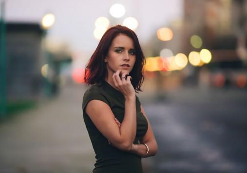 femme-brune-portrait-nuit-bokeh