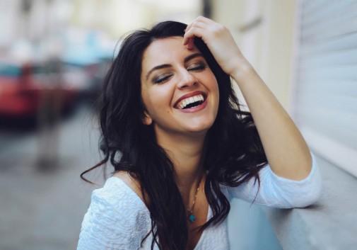 femme-brune-rire-sourire-joie-aurela