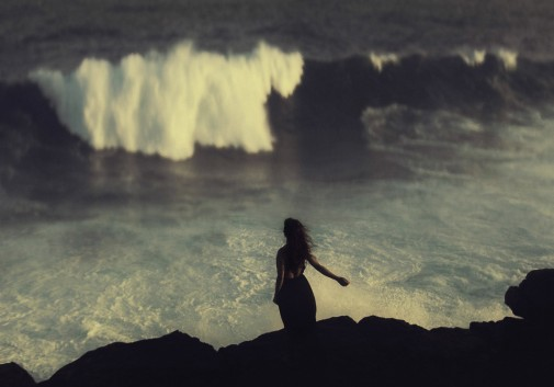 femme-brune-vague-ile-maurice-mer