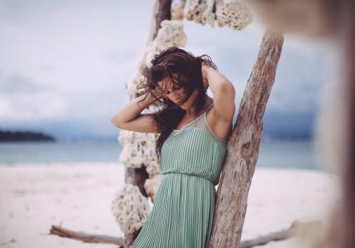 femme-brune-vent-mer-plage