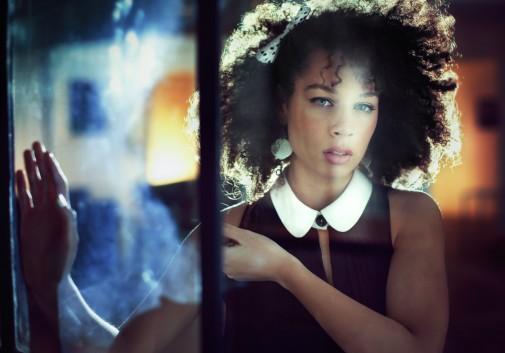femme-brunette-vitre-regard