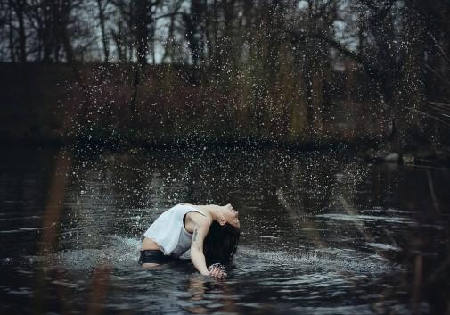 femme-evasion-eau-magie-lac