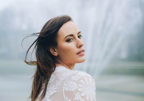 femme-fontaine-brune-vent-portrait