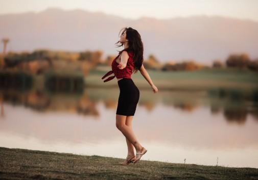 femme-joie-bokeh-lac-brune