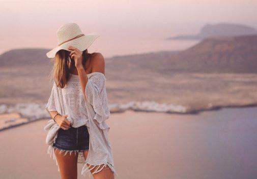 femme-mode-chapeau-voyage-paysage