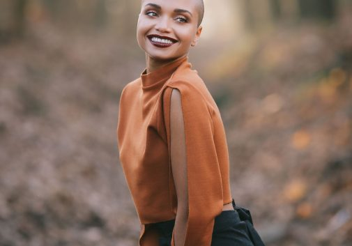 femme-mode-nature-sourire-metisse