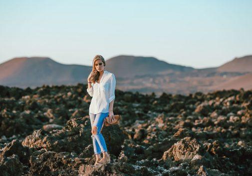 femme-mode-rocher-voyage-blonde