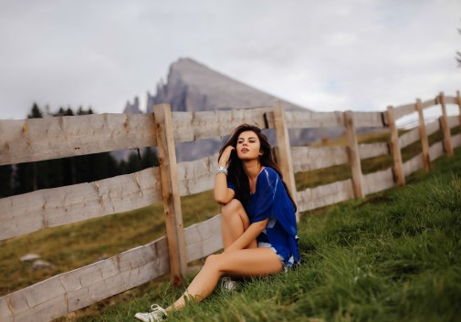 femme-montagne-joie-vacance-brune