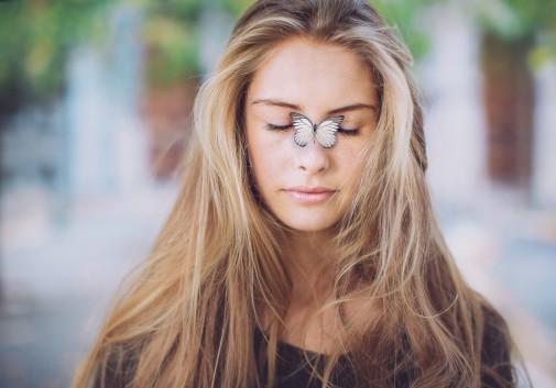 femme-papillon-tendre-blonde-visage