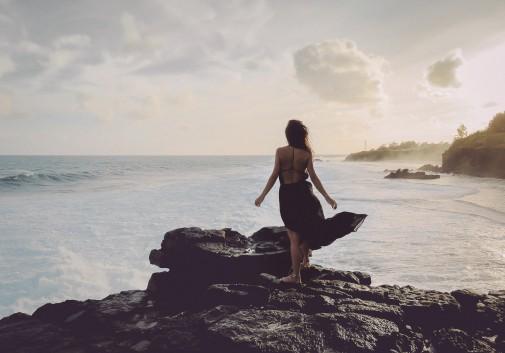 femme-paysage-ile-maurice-mer