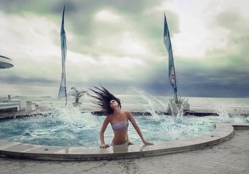 femme-piscine-eclaboussure-indonesie-brune
