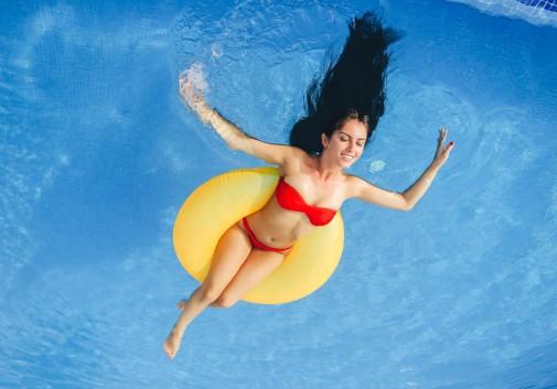 femme-piscine-joie-rire-brune