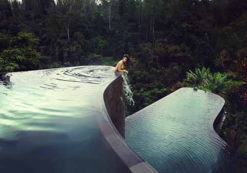 femme-piscine-ubud-garden-foret