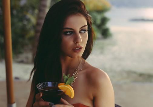 femme-portrait-brune-plage-regard