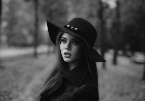 femme-portrait-chapeau-brune-monochrome