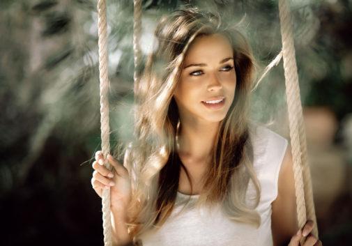 femme-portrait-nature-sourire-brune