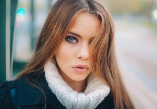femme-portrait-regard-brune-oeil