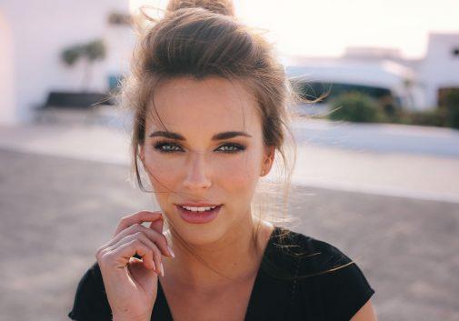 femme-portrait-visage-brune-soleil