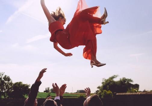 femme-saut-robe-mariage-folie