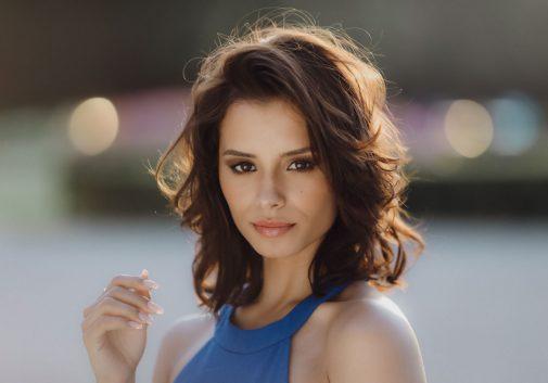 femme-sexy-brune-soleil-portrait