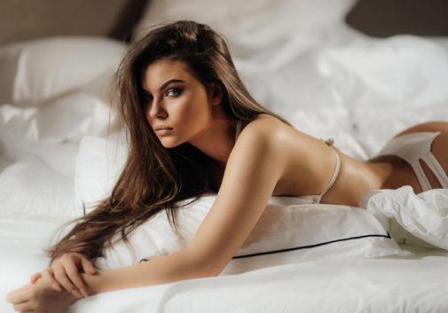 femme-sexy-lingerie-lit-brune-femme
