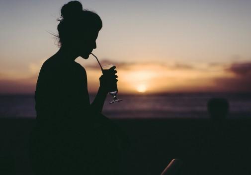 femme-soleil-plage-mer-cocktail