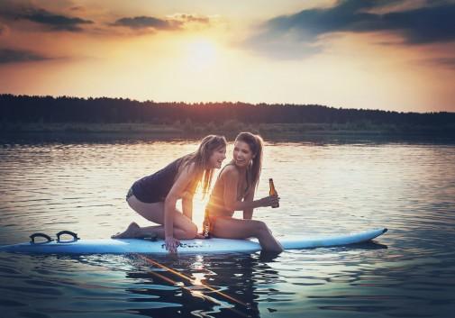 femmes-eau-surf-rire-bonheur