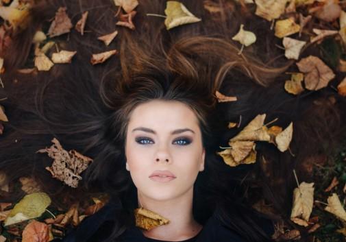 feuille-portrait-femme-regard-automne