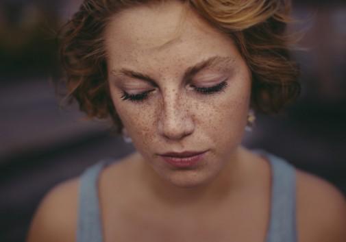 freckles-femme-portrait-comédienne-pensive