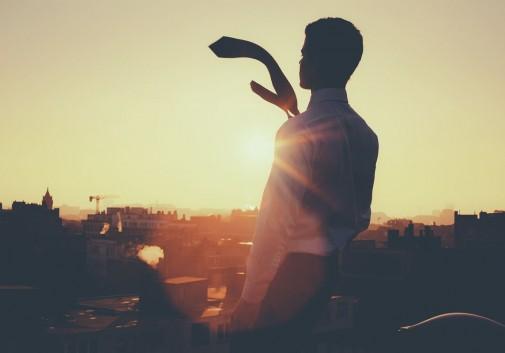 homme-cravatte-soleil-toit-flare