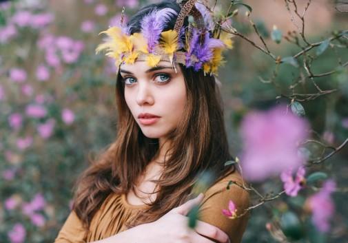 indien-femme-brune-nature-fleur-brune