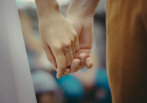 main-couple-partage-bonheur