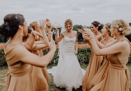 mariage-femme-fleur-rire-joie