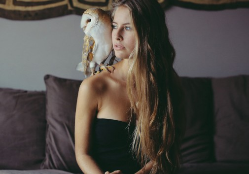 owl-chouette-femme-blonde-camille-rochette