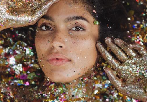 pailette-confetti-couleur-femme-brune