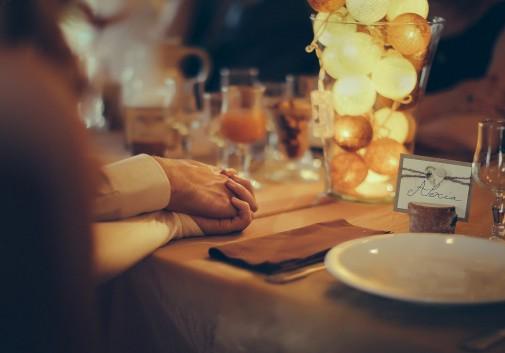 partage-nuit-main-repas-amour