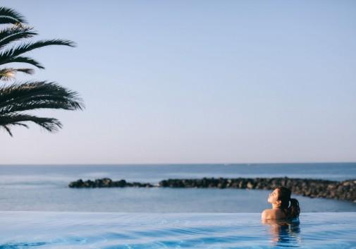 piscine-mer-palmier-calme-vacance