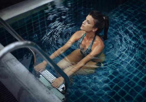 piscine-sexy-brune-eau-thailande